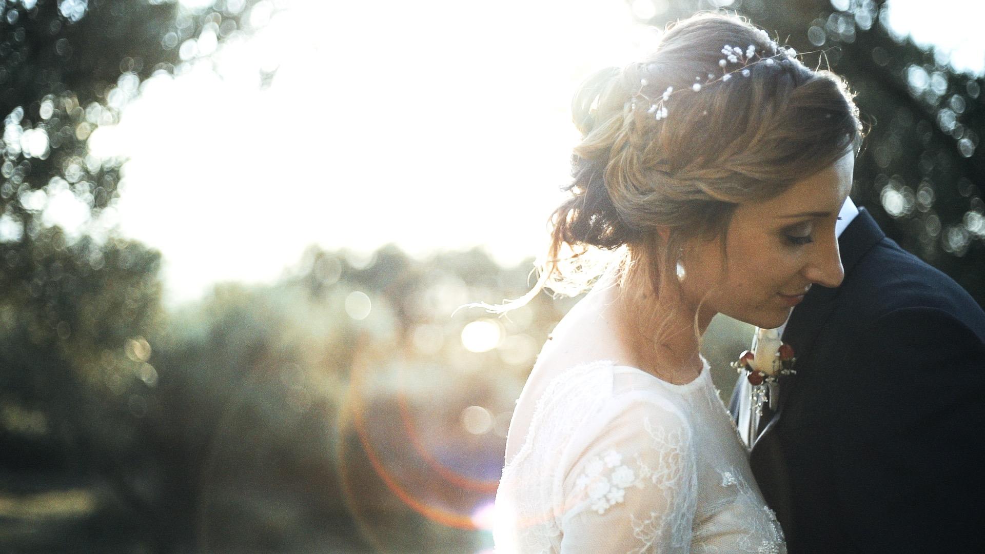 sposa poggia il suo viso sullo sposo in una splendida location verde