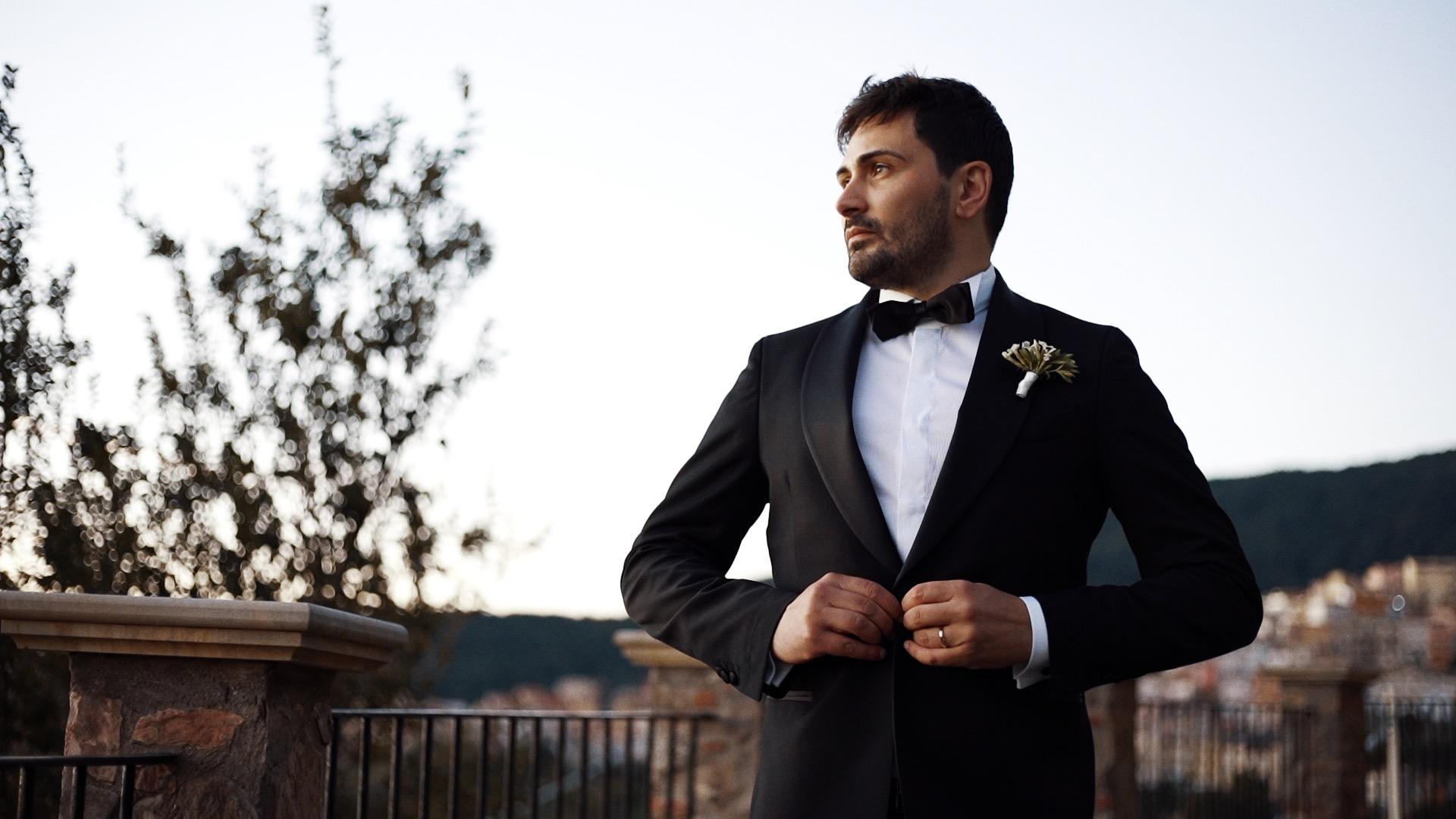 sposo chiude giacca