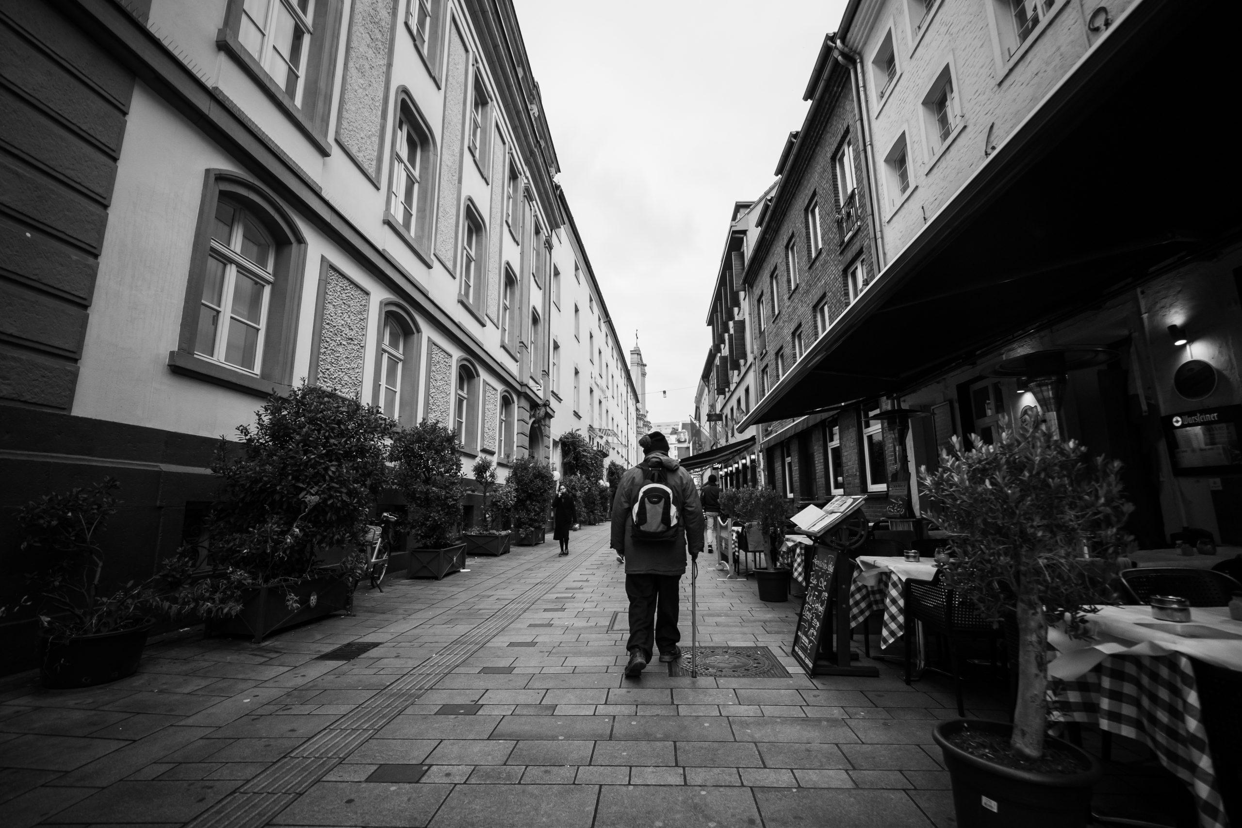 uomo professionale cammina in solitudine tra i palazzi di dusseldorf