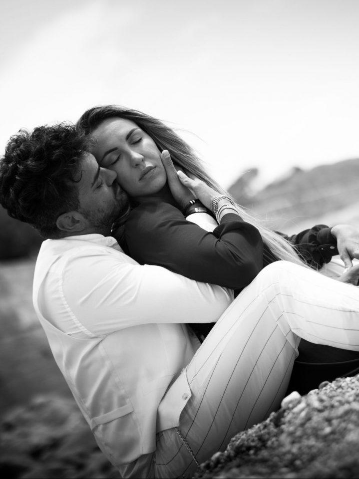 innamorati sulla spiaggia condividono abbraccio romantico due giorni prima del matrimonio