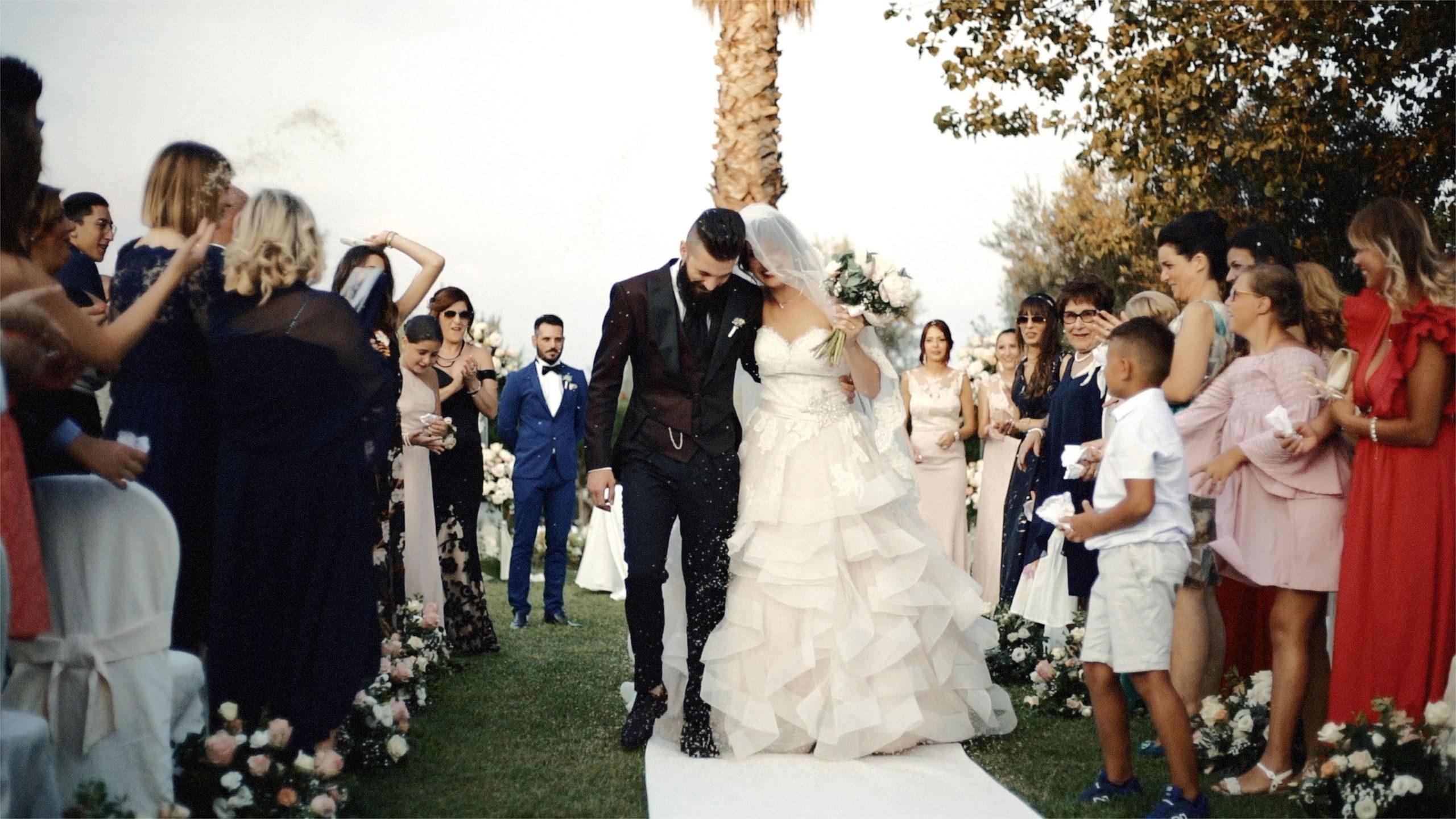 coppia di sposi alla fine della cerimonia prende il riso in testa