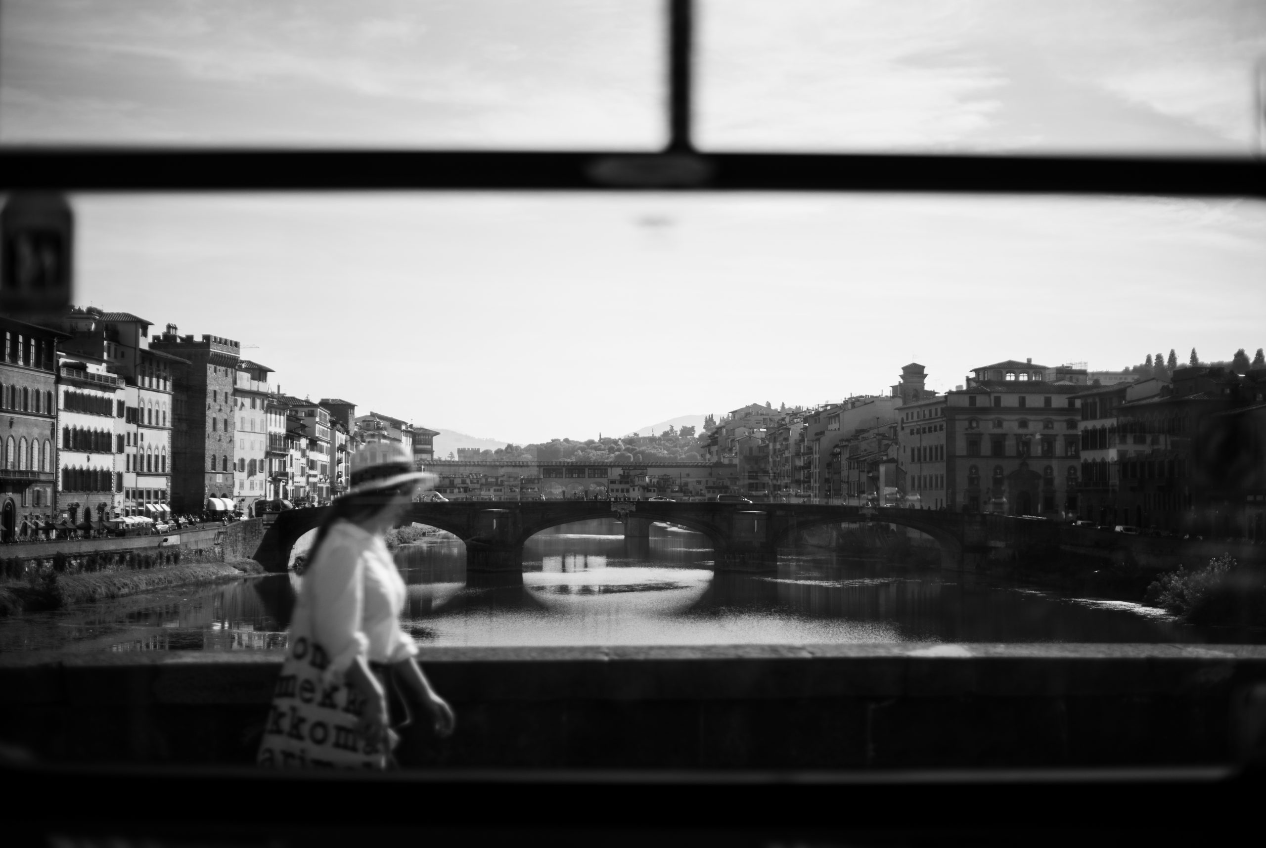 donna cammina sul ponte di firenze dopo un matrimonio l'immagine ed è stata catturata da un autobus mentre era in movimento