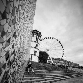 la bellissima scalinata di dusseldorf con sfondo la ruota panoramica