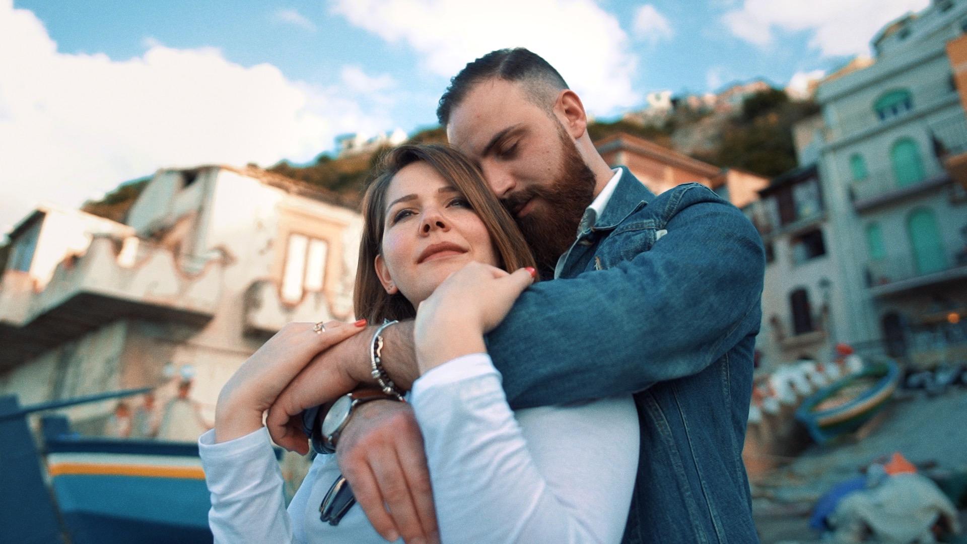 uomo abbraccia la sua donna nella splendida atmosfera di scilla