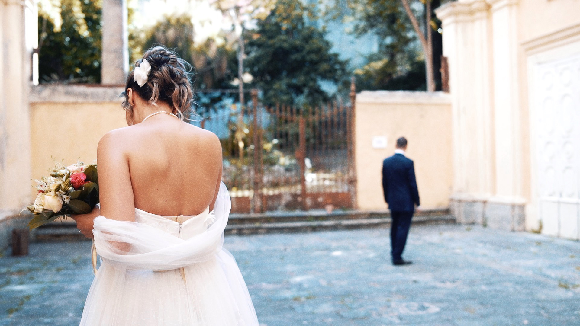 sposa raggiunge marito in cortile firstlook