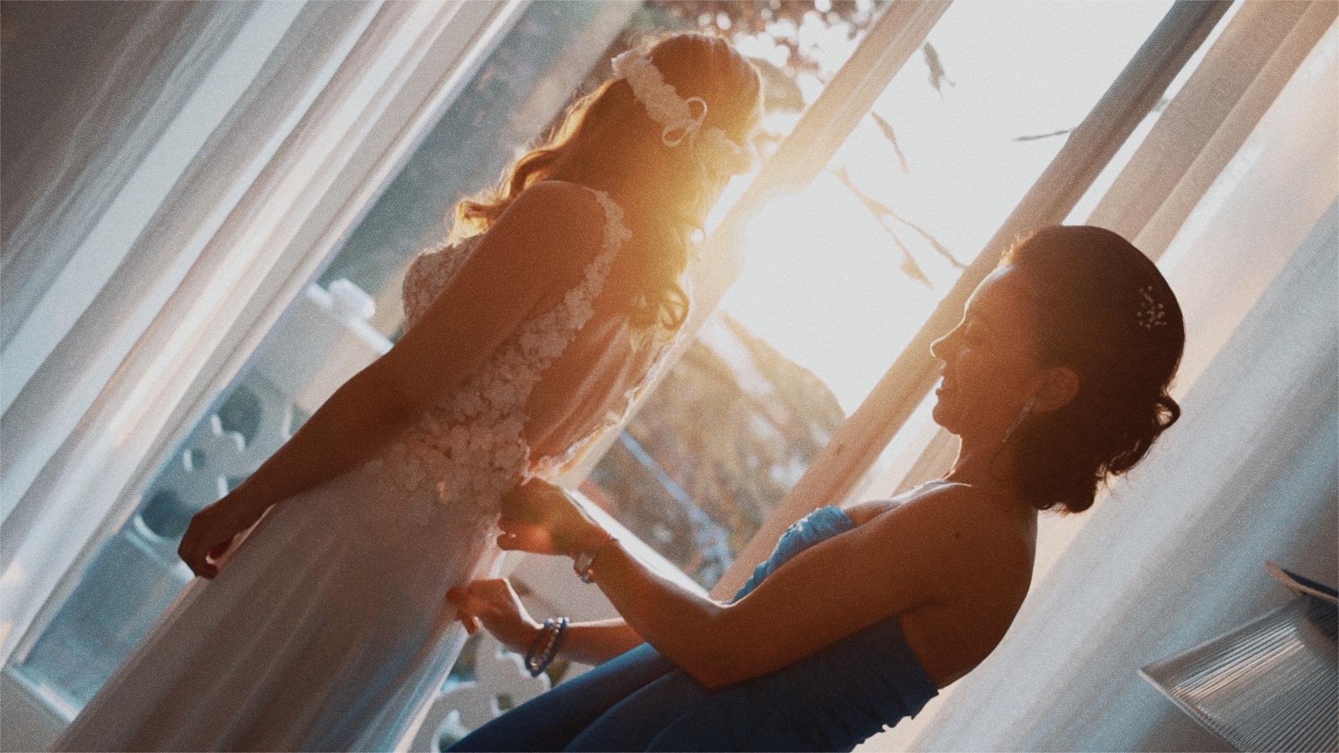amica chiude vestito dellla sposa